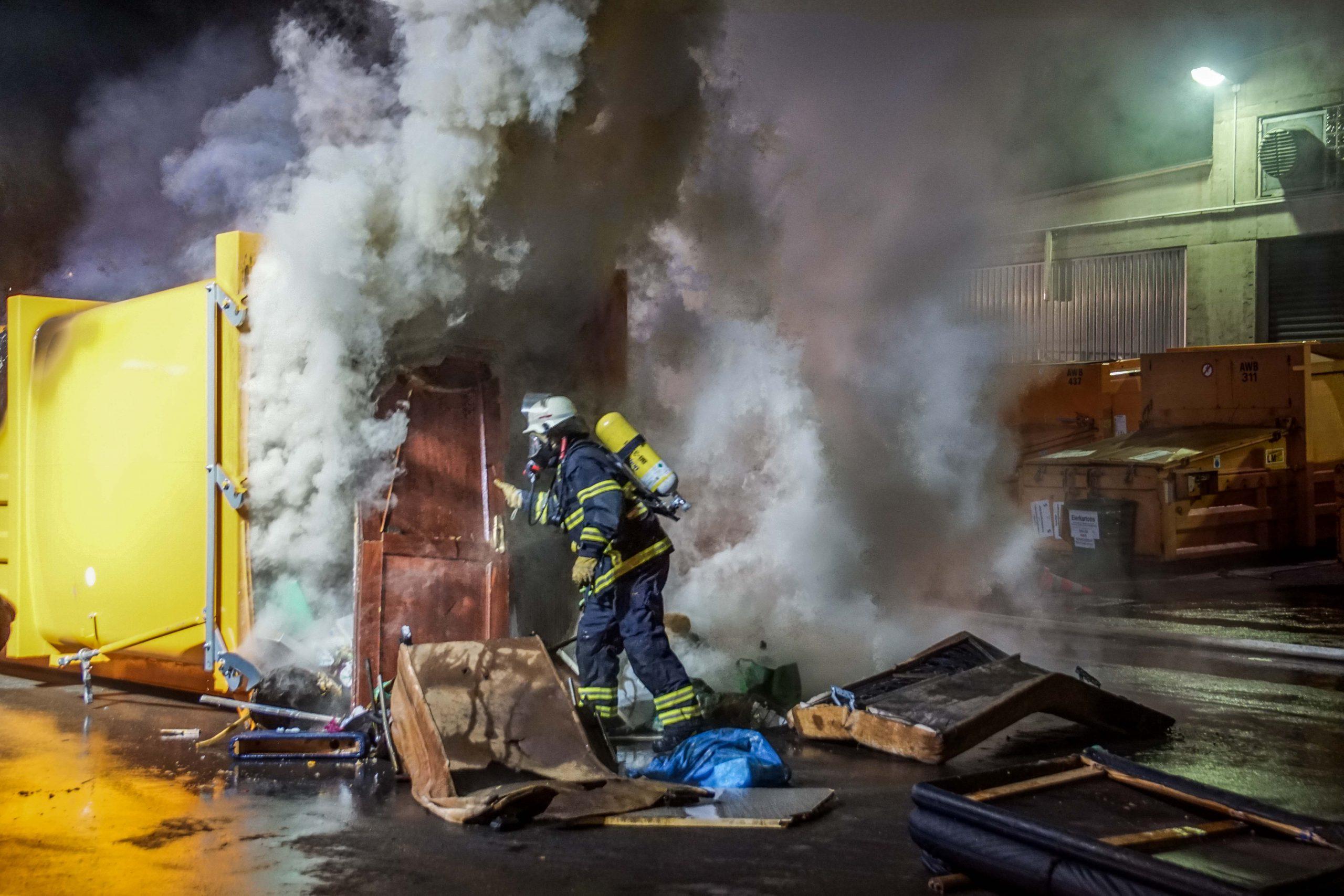Müllpresse gerät in Brand – mit Video-