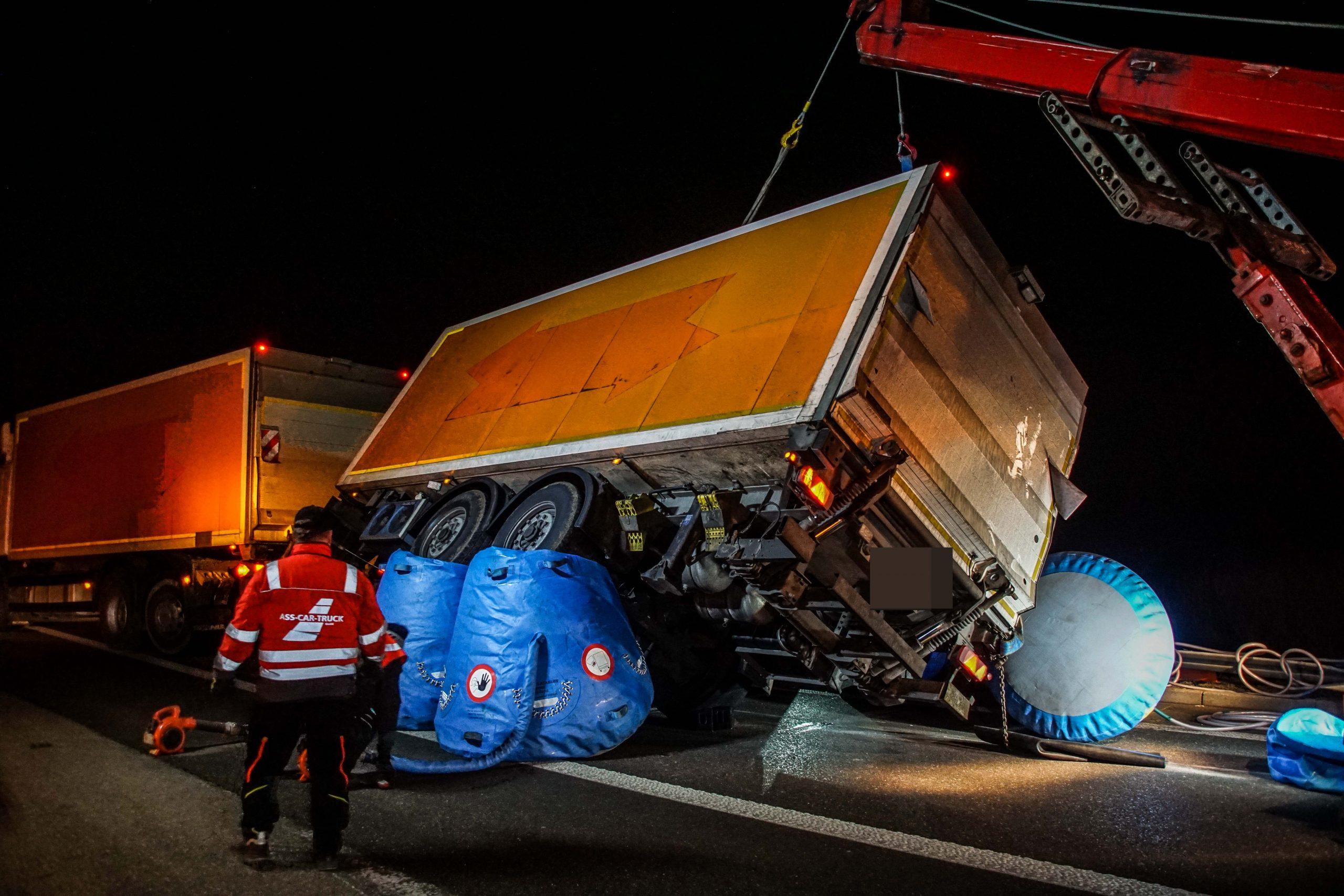Bondorf (Bundesautobahn 81 Anschlussstelle Rottenburg): Anhänger eines Lastzuges umgekippt
