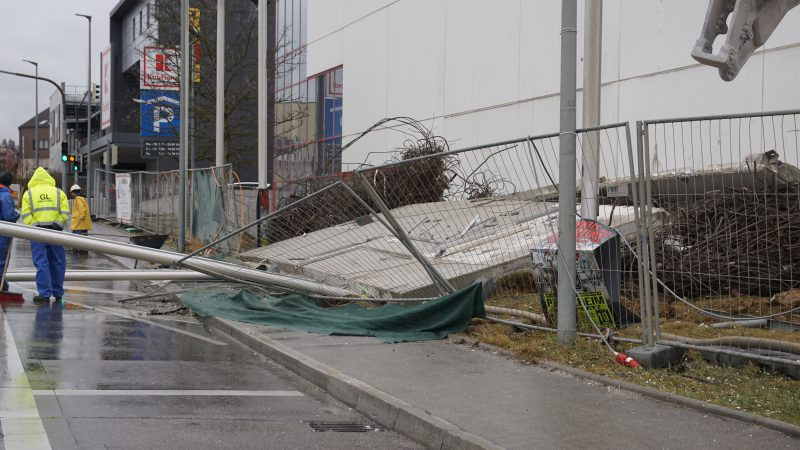 Leonberg: bei Abrissarbeiten Gebäudeteile auf die Römerstraße gestürzt