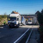 Magstadt: LKW bleibt in Eisenbahnunterführung stecken – Straße gesperrt und Schienenverkehr eine Stunde lahmgelegt